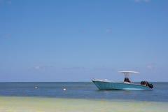 Boot auf dem Ozean Stockbild