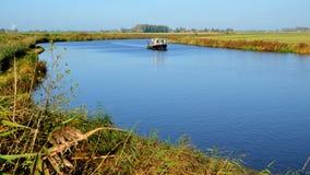 Boot auf dem Reitdiep in Groningen lizenzfreies stockfoto