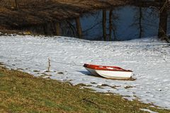 Boot auf dem Schnee stockfoto