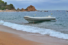 Boot auf dem Seeufer Lizenzfreies Stockbild
