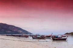 Boot auf dem Strand am Abend stockbilder