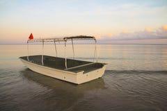Boot auf dem Strand in den Tipps von Malaysia lizenzfreie stockfotos