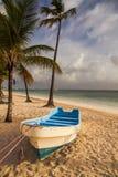Boot auf dem Strand, karibischer Sonnenaufgang Stockfotos