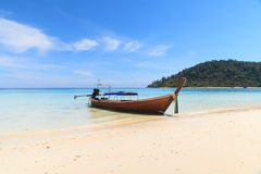 Boot auf dem Strand mit blauem Himmel stockbilder