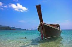 Boot auf dem Strand mit blauem Himmel, Boot auf dem Strand an Krabi-thail Lizenzfreie Stockfotografie