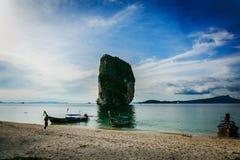 Boot auf dem Strand von Thailand lizenzfreie stockfotografie