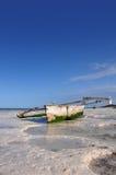 Boot auf dem Strand von Zanzibar Stockfotografie