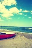 Boot auf dem Strand. Weinlese-Strand-Hintergrund Stockfoto