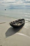 Boot auf dem Strand zur Sonnenaufgangzeit Stockbilder
