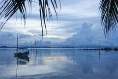 Boot auf dem Strand zur Sonnenuntergangzeit Lizenzfreie Stockfotografie