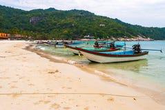 Boot auf dem thailändischen Strand stockfotos
