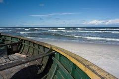 Boot auf dem Ufer. Stockbild
