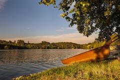 Boot auf dem Ufer nahe dem Wasser Stockfotos