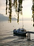 Boot auf dem Ufer von Genfersee während des Sonnenuntergangs stockfoto