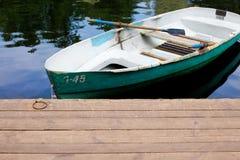 Boot auf dem Wasser nahe dem Pier Lizenzfreie Stockfotos