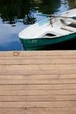 Boot auf dem Wasser nahe dem Pier Lizenzfreie Stockbilder