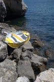 Boot auf den Felsen Stockbilder
