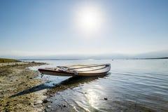 Boot auf den Ufern des Toten Meers an der Dämmerung, Israel Lizenzfreies Stockfoto