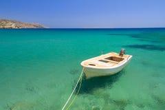 Boot auf der blauen Lagune von Vai Strand Stockbild