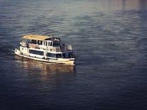 Boot auf der Düne gefärbt lizenzfreie stockfotos