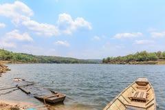 Boot auf der Flussansicht Lizenzfreie Stockbilder