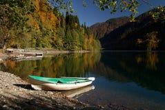 Boot auf der Querneigung von Ritsa See, Abchasien. Stockfotos