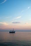 Boot auf der Sonnenuntergangvertikale Stockbild