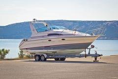 Boot auf einem Anhänger durch das Meer Lizenzfreies Stockbild