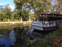 Boot auf einem Kanal lizenzfreies stockfoto
