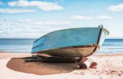 Boot auf einem sandigen Strand Stockbilder