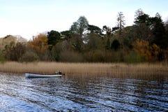 Boot auf einem See während des Frühlinges Lizenzfreie Stockfotografie