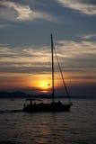 Boot auf einem Sonnenuntergang Stockfotos