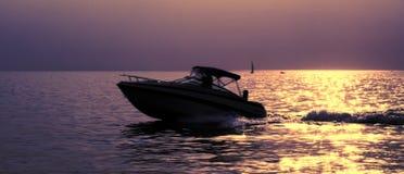 Boot auf einem Sonnenuntergang Stockfotografie