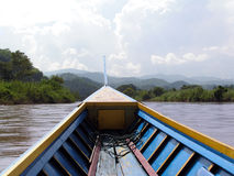 Boot auf Fluss Lizenzfreie Stockfotos