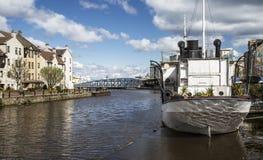 Boot auf Fluss bei Leith, Schottland Stockfotografie