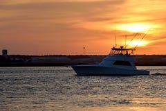 Boot auf Fluss bei Sonnenuntergang, Florida Lizenzfreie Stockbilder