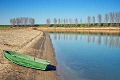 Boot auf Flussquerneigung Stockbild