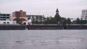 Boot auf Flussufer stock video
