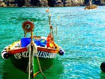 Boot auf grünem Wasser stockfotos