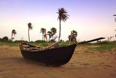 Boot auf Küste mit malerischem Hintergrund lizenzfreies stockfoto