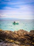 Boot auf Küstenlinie von Adria Lizenzfreies Stockfoto