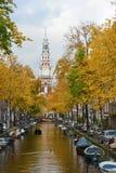 Boot auf Kanal in Amsterdam lizenzfreies stockfoto