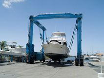 Boot auf Kran Stockfotografie