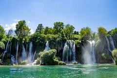 Boot auf Kravice-Wasserfall in Bosnien und Herzegowina Lizenzfreies Stockfoto