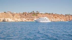 Boot auf Meer nahe der Insel Stockfotos