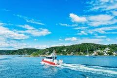 Boot auf norwegischem Fjord Stockbilder