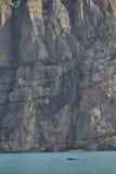 Boot auf Oeschinensee nahe einer vertikalen Wand Kandersteg Berner Oberland switzerland Lizenzfreies Stockfoto