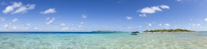Boot auf panoramischer Ansicht der blauen Lagune Lizenzfreies Stockbild