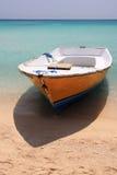 Boot auf Paradiesstrand Stockfotos