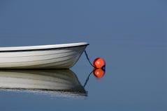 Boot auf ruhigem blauem Wasser stockfoto